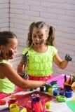 Dzieciaki uczy się i bawić się zdjęcie stock