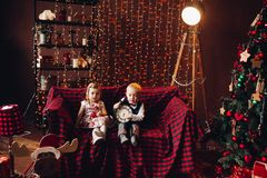 Dzieciaki w dekorujący pracownianym i bawić się z Bożenarodzeniowymi teraźniejszość zdjęcia stock
