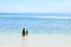 Dzieciaki w morzu zdjęcie stock