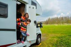 Dzieciaki w obozowiczu, rodzinna podróż w motorhome (rv) Zdjęcie Stock
