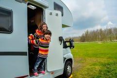 Dzieciaki w obozowiczu, rodzinna podróż w motorhome (rv) Obrazy Royalty Free