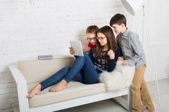 Dzieciaki w szkłach z pastylką, komputerowy nałóg obrazy royalty free