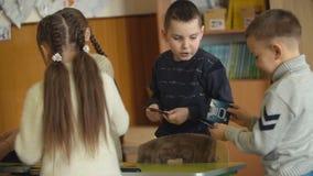 Dzieciaki w szkolnej sztuce obrazek gra zdjęcie wideo