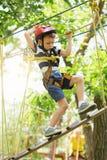 Dzieciaki wspina się w przygoda parku Chłopiec cieszy się pięcie w arkanie Obrazy Stock