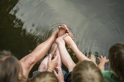 Dzieciaki z ciekami i palec u nogi w wodzie Obrazy Royalty Free