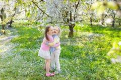 Dzieciaki z czereśniowego okwitnięcia kwiatem chłopcy tła Wielkanoc jajka miłych jaj trawy zielone świeżego ukryte hunt wyizolowa Fotografia Stock