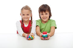 Dzieciaki z kolorowymi glinianymi blokami Obrazy Stock