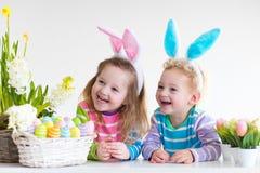 Dzieciaki z królików ucho na Wielkanocnym jajku tropią Zdjęcie Stock