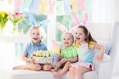Dzieciaki z królików ucho na Wielkanocnym jajku tropią Fotografia Royalty Free