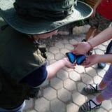 Dzieciaki z motylem na ich rękach Obrazy Royalty Free