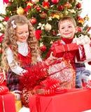 Dzieciaki z prezenta Bożenarodzeniowym pudełkiem. Obraz Stock