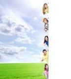 Dzieciaki z pustym sztandarem Doskonalić przestrzeń stawiać jakaś tekst Obrazy Royalty Free