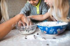 Dzieciaki zabawę z dzieciakami przy kuchnią Zdjęcia Stock