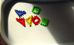 Dzieciaki zgłaszają z niektóre elementami zabawkarski budowa set obrazy stock