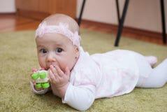 Dziecięca dziewczyna w matka klubu sztuce z zabawką Obrazy Royalty Free