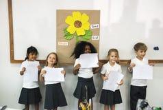Dziecinów ucznie stoi przedstawiać zdjęcia royalty free