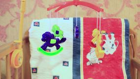 Dziecka łóżko polowe z obwieszenie zabawkami zbiory wideo