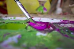 Dziecka ładowanie z purpurami barwi jej muśnięcie Obraz Royalty Free