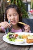 Dziecka łasowania dłoniaki i stek obraz royalty free