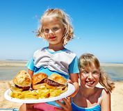 Dziecka łasowania fast food. Fotografia Royalty Free