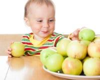 Dziecka łasowania jabłko obrazy stock