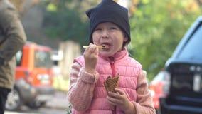 Dziecka łasowania lody na ulicie zbiory wideo