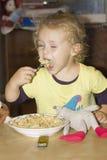 Dziecka łasowania makaron Fotografia Royalty Free