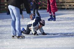 Dziecka łyżwiarstwa matki pomocy oparta chłopiec Obraz Stock