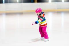 Dziecka łyżwiarstwo na salowym lodowym lodowisku Dzieciak łyżwa zdjęcia stock