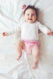 dziecka ślicznej smokingowej dziewczyny szczęśliwy odosobniony princess bardzo target1281_0_ biel fotografia stock