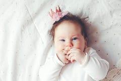 dziecka ślicznej smokingowej dziewczyny szczęśliwy odosobniony princess bardzo target1281_0_ biel zdjęcie stock