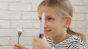 Dziecka ?asowania ?niadanie w kuchni, dzieciak Je Zdrowych Karmowych jajka, dziewczyn warzywa zdjęcie wideo