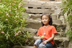 dziecka azjatykci obsiadanie zdjęcie stock
