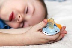 Dziecka błękita pacyfikator i dziecka dosypianie, uśmiech fotografia royalty free