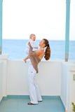 dziecka balkonu macierzyści bawić się potomstwa Fotografia Royalty Free