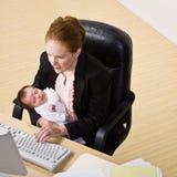dziecka bizneswomanu biurka mienie Obrazy Royalty Free