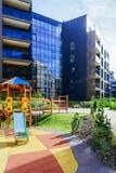 Dziecka boiska Europejski nowożytny kompleks mieszkanie budynków mieszkalnych ćwiartka Z plenerowymi udost?pnieniami obraz stock