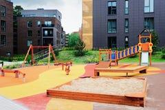 Dziecka boisko w Europejskiej nowożytnej powikłanej budynek ćwiartce Z plenerowymi udost?pnieniami fotografia stock
