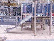 Dziecka boisko z drewnem wypiętrza nautycznego temat blisko nadbrzeże rzeki Most, obruszenie Piaskownica na sztuki powierzchni obraz stock