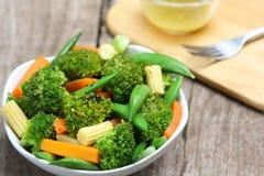 dziecka brokułów marchwiany kukurydzany grochowy sałatki kłapnięcie Zdjęcia Royalty Free