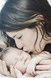 dziecka całowania matka nowonarodzona Obraz Stock