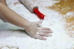 Dziecka ciasto i r?ki Ch?opiec ugniata ciasto Zdrowy handmade karmowy poj?cie piekarnia produkty, pizza, m?ka _ zdjęcie royalty free