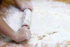 Dziecka ciasto i r?ki Ch?opiec ugniata ciasto Zdrowy handmade karmowy poj?cie piekarnia produkty, pizza, m?ka _ obraz royalty free
