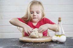 Dziecka ciasto kucharz Rozwój dziecko zdjęcie stock