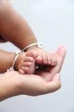 dziecka cieków ręk chwytów matka Obrazy Royalty Free
