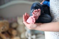 dziecka cieków ręk nowonarodzeni rodzice Obrazy Royalty Free