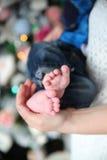dziecka cieków ręk nowonarodzeni rodzice Zdjęcia Royalty Free