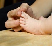 dziecka cieków ręki matka Fotografia Royalty Free