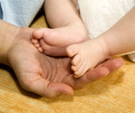 dziecka cieków ręki matka Obrazy Royalty Free