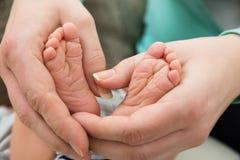 dziecka cieków ręki matka Fotografia Stock